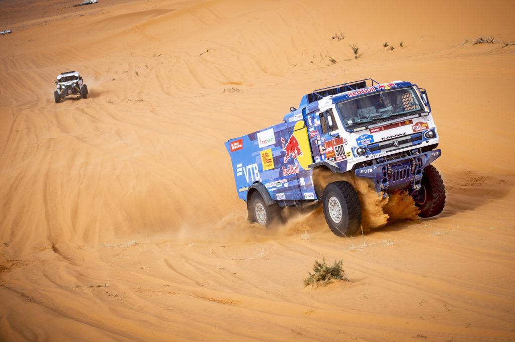 La etapa 6 del Dakar ha terminado con una nueva victoria de etapa de Karginov, de equipo KAMAZ, y el abandono del vencedor de cuatro ediciones del Dakar, Nikolaev.