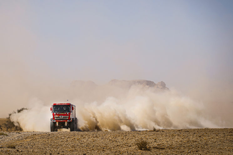 La polvareda que levantan los vehículos en algunos tramos dificulta el avance de los vehículos perseguidores; en la foto, el Hino del piloto japonés Teruhito Sugawara. Foto: A.S.O-DPPI-F.LeFloch.