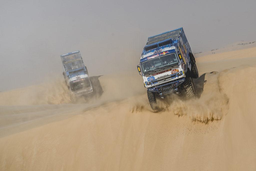 En una etapa, la décima, protagonizada por la tormenta de arena que ha obligado a suspender la mitad de la especial cronometrada, el ruso Shibalov, del equipo Kamaz, se ha hecho con la victoria de etapa.
