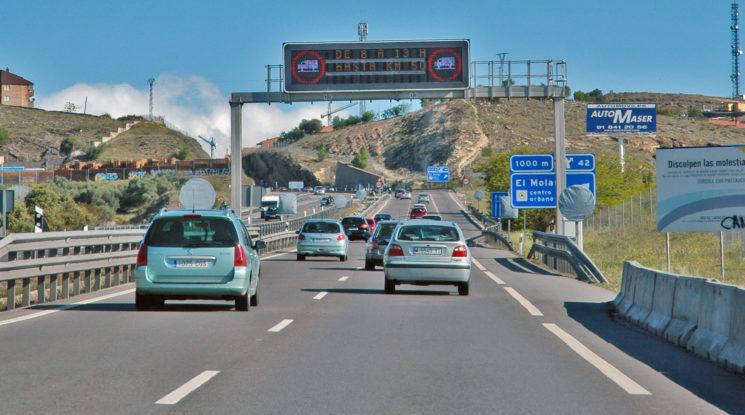 Las nuevas restricciones aprobadas para camiones están generando mucho malestar en el sector, por lo que FENADISMER ha solicitado su renegociación con la DGT.