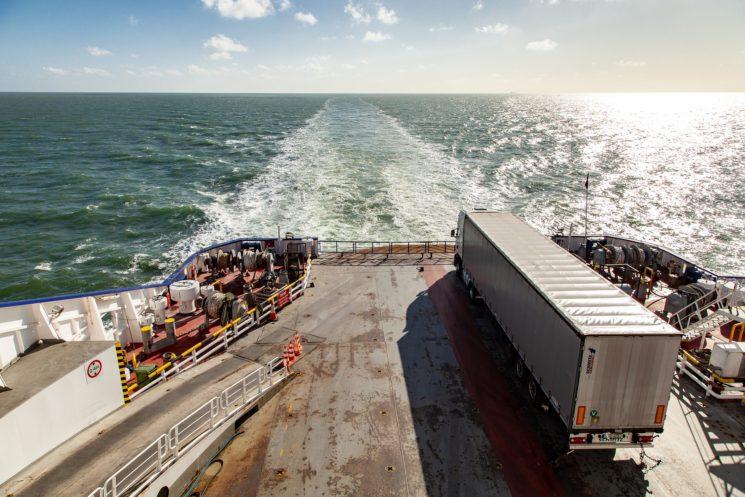 Las navieras han subido hasta un 25% el importe del transporte de un camión de la península a puertos italianos o insulares españoles.