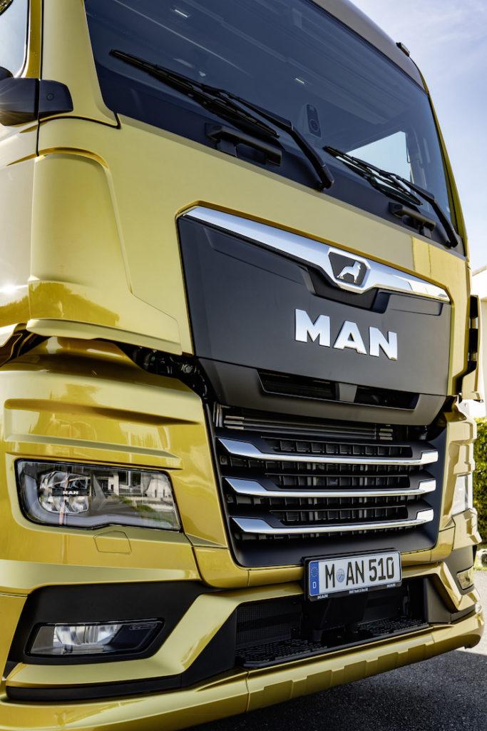 La parrilla central negra con el león en la parte superior, los faros de líneas rectas y la aerodinámica mejorada son los elementos que más destacan en el exterior de la nueva gama MAN de camiones.