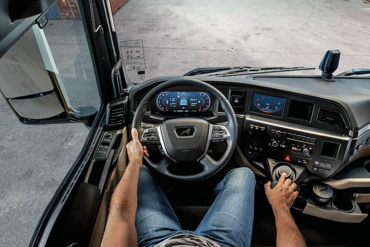 El interior del puesto de conducción se ha desarrollado a mayor confort y seguridad del conductor. Todos los instrumentos y botones al alcance de la mano, sin tener que apartar la vista de la carretera, como el SmartSelect, con el que el conductor maneja la pantalla, que no es táctil por seguridad.