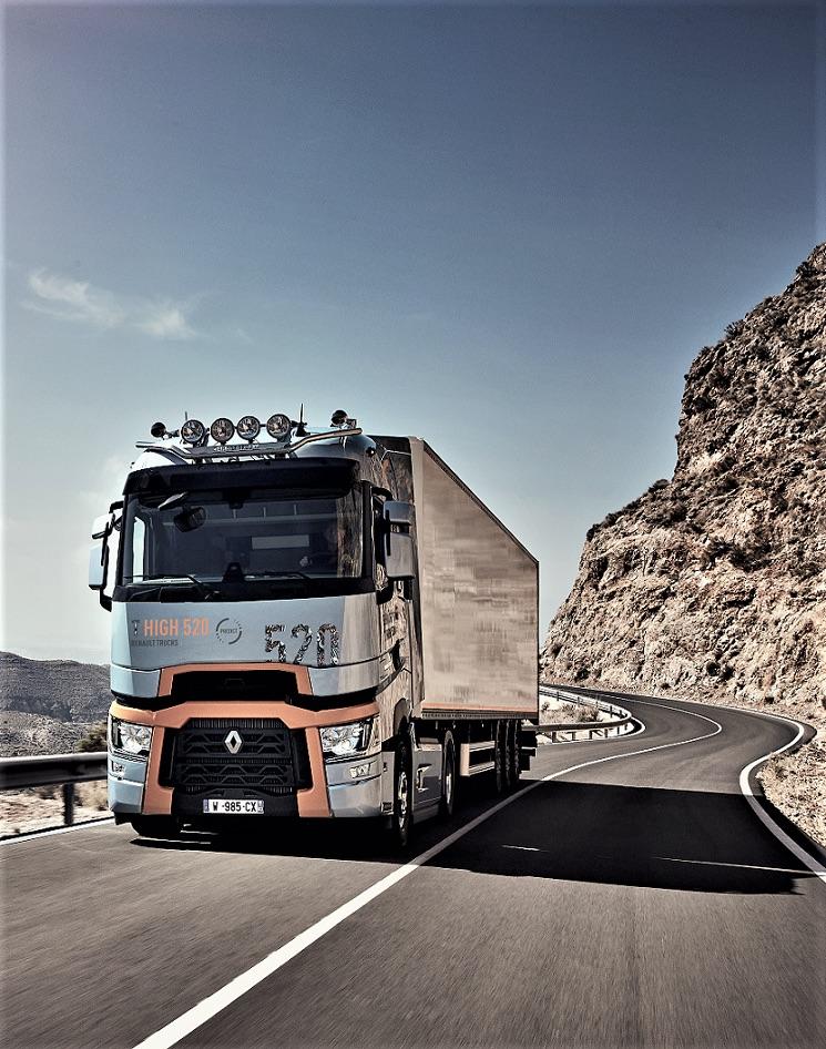 Renault Trucks lanza el contrato de mantenimiento Strat&Drive Excellence Predict basado en la conectividad y transmisión de datos del camión al taller en tiempo real, por lo que la avería se conoce y remedia antes de que se produzca.