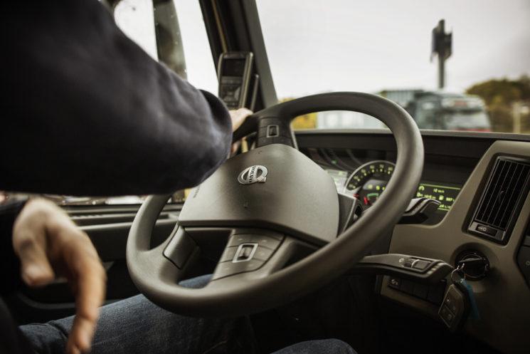 En Volvo Trucks tienen claro que la conducción eficiente sale de sumarle a la ruta correcta la velocidad de crucero adecuada.