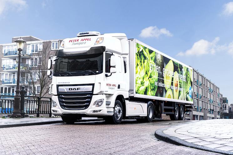 DAF inicia pruebas reales de transporte con dos DAF CF Hybrid con motor eléctrico cero emisiones para su uso urbano y un motor diésel de 450 CV para su uso en carretera.