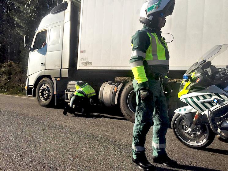 La Guardia Civil de Tráfico ya investiga como delito de falsedad documental las manipulaciones del tacógrafo.