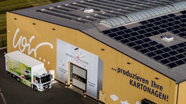 El eTGM que MAN ha entregado a la empresa alemana Friedrich Wenner recibe energía para sus baterías del sistema fotovoltaico montado en la cubierta de la nave.