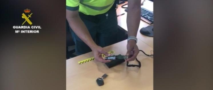 La Guardia Civil ha investigado a un conductor, al empresario y al taller por la manipulación del tacógrafo que, desde hace un tiempo, es un delito penal que se castiga con penas de cárcel de seis meses a tres años.