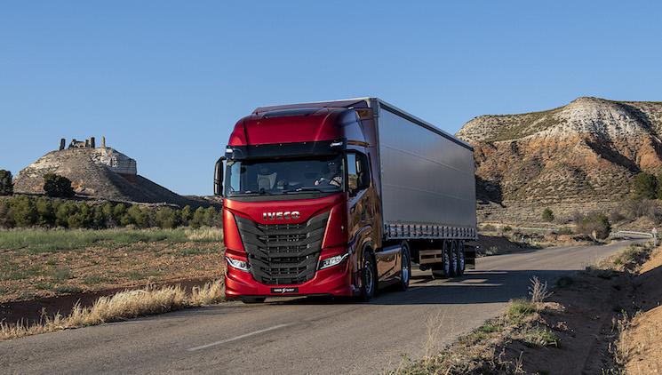 IVECO pone en marcha una campaña hasta el 31 de julio por la que puede adquirirse una tractora diésel S-WAY con la primera cuota de regalo y el resto a pagar a partir de enero de 2021.
