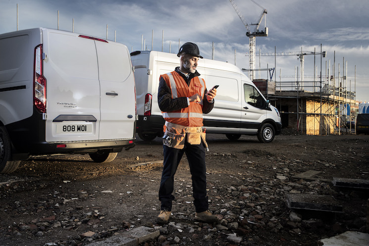 Los vehículos comerciales Ford salen conectados de serie y acceso a los servicios digitales gratuitos con manejo sencillo a través del móvil.