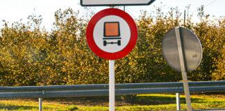 Señal de prohibido camiones mercancías peligrosas