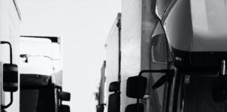 Camiones en fila.